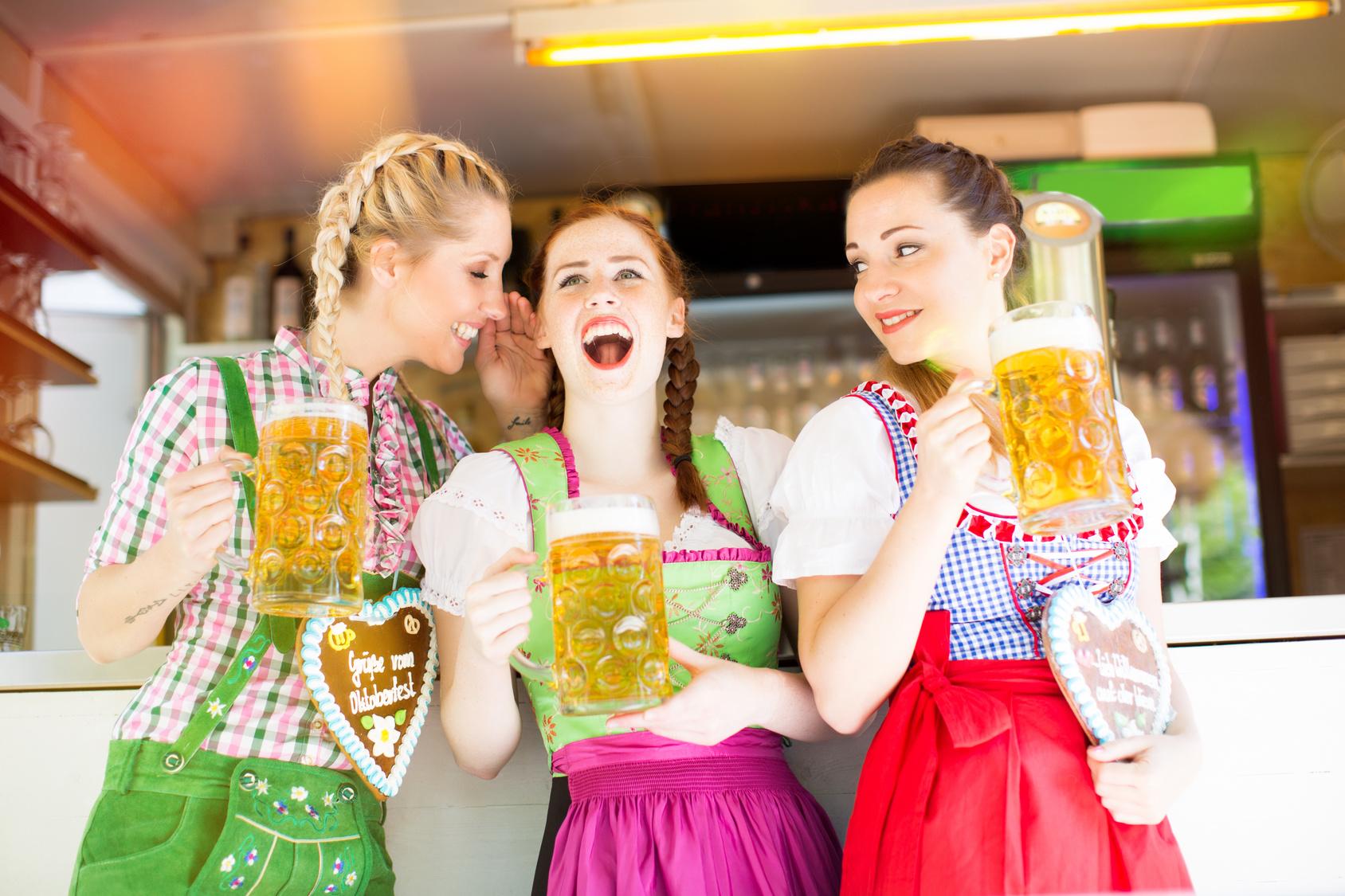 Frauen im Dirndl auf dem Oktoberfest